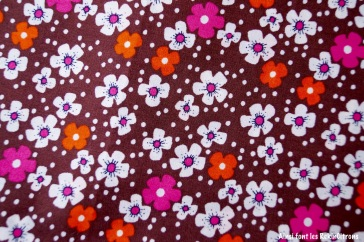 tissu-petit-pan-fleurs-des-iles-marron-detail